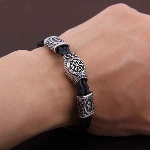 bracelet viking pour homme mis au bras