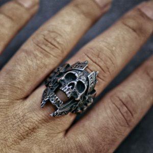 Bague skull au doigt