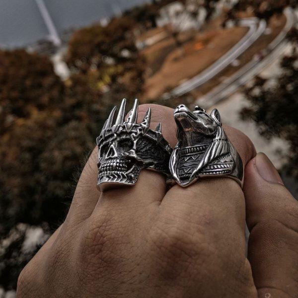 Bague skull homme au doigt
