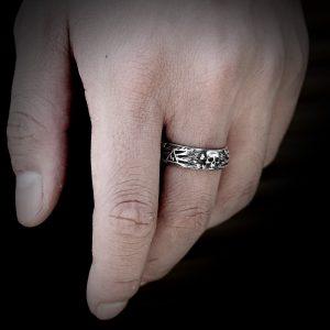 Bague tete de mort acier inoxydable au doigt
