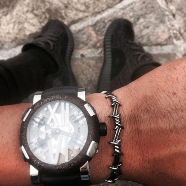 Bracelet barbelé au poignet