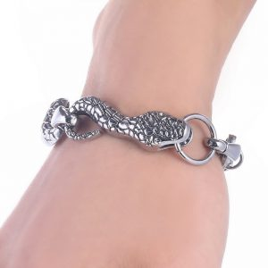 Bracelet en forme de serpent au poignet