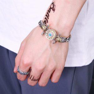 Bracelet lotus argent au poignet