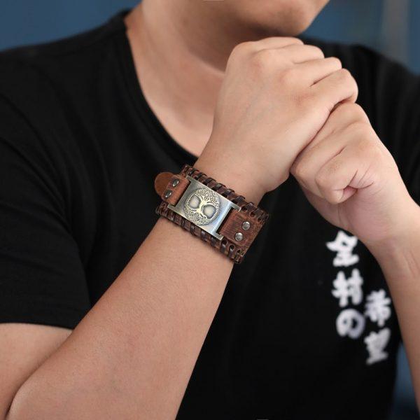 Bracelet manchette cuir homme en poignet